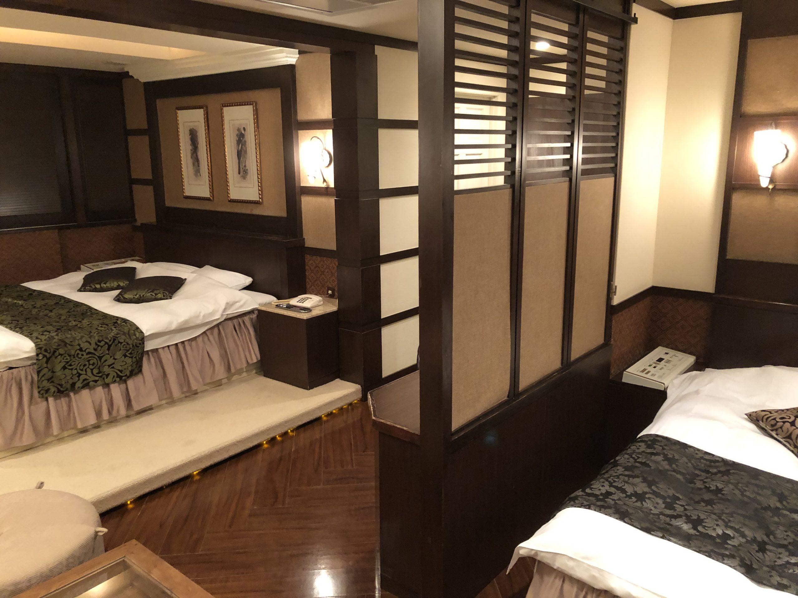 ダブルベッドの高級感溢れる寝室